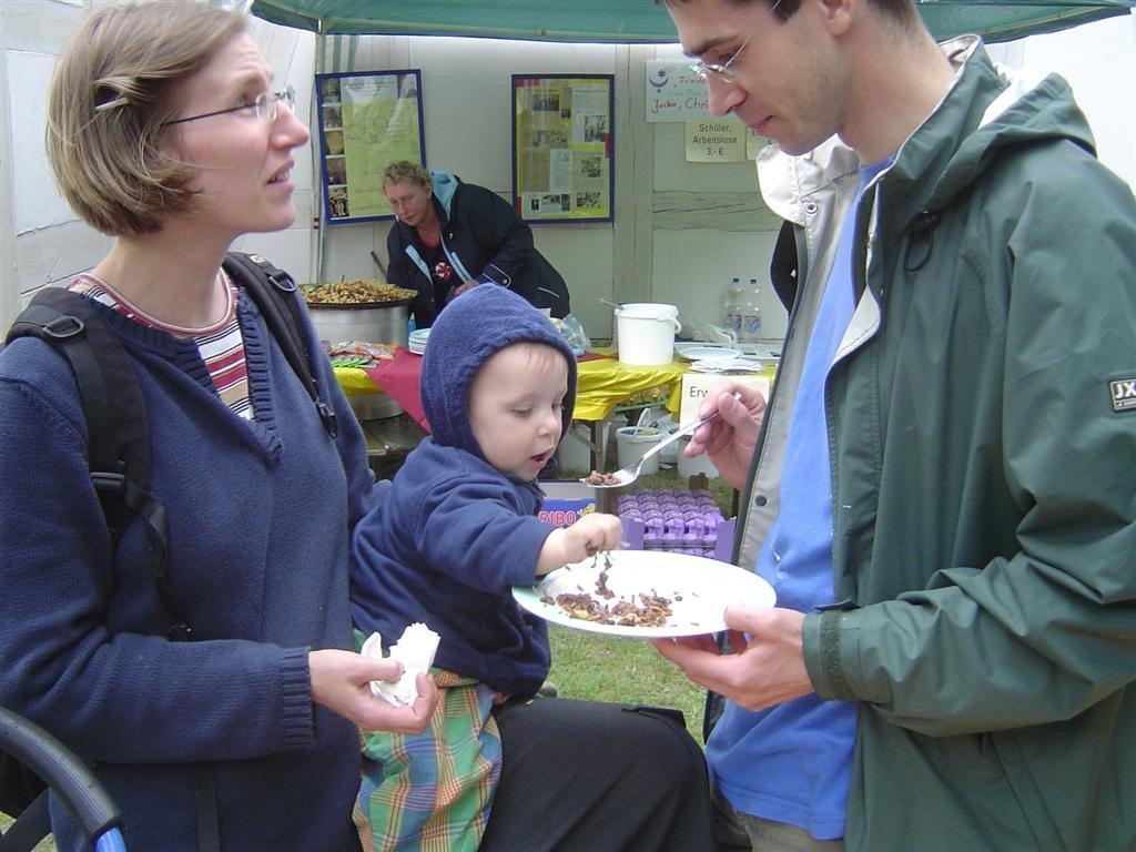 2011-02.11KT-Halle- nein Papa, auch mit der Hand schmeckt es lecker